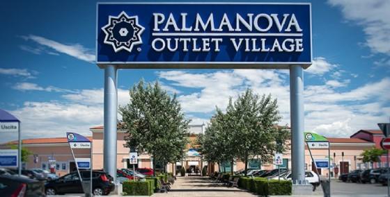 uno degli ingressi del Palmanova Outlet Village (© Palmanova Outlet Village)