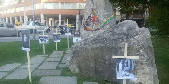 Le croci posizionate a ridosso del monumento partigiano (© Lotta Studentesca)
