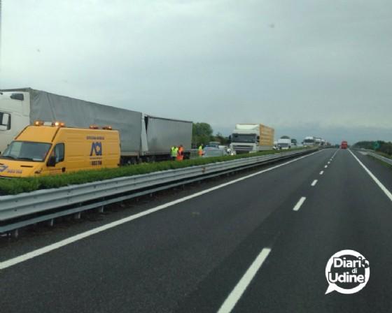 Le immagini del tamponamento tra mezzi pesanti (© Diario di Udine)