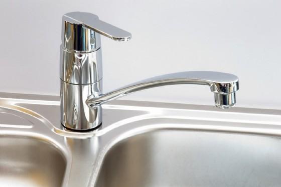 Lavandino con rubinetto in acciaio