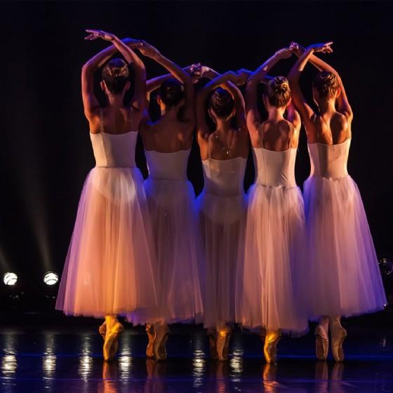 Alcune ragazze in scena (© Shutterstock | Maratr)