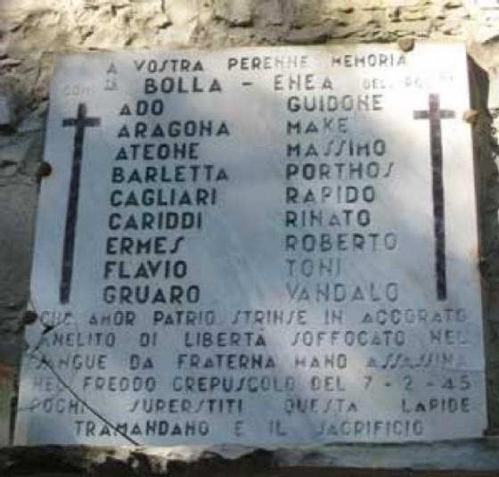 La lapide a ricordo delle vittime di Porzus (© Wikipedia)