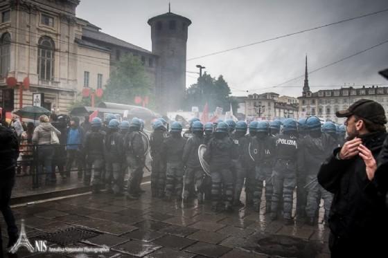 Polizia schierata piazza Castello (© Annalisa Simonato)