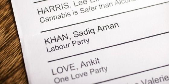 Una scheda elettorale con il nome di Sadiq Aman Khan, che potrebbe diventare nuovo sindaco di Londra.