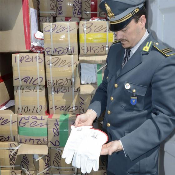 Il materiale sequestrato dalla Guardia di Finanza (© Gdf)