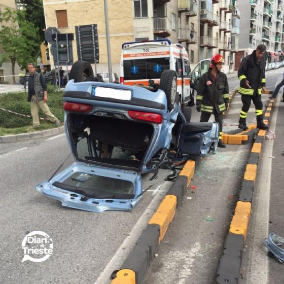 L'auto che si è ribaltata a Trieste (© Diario di Trieste)