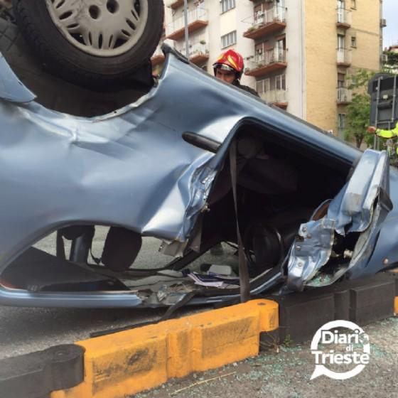 L'auto che si è ribaltata a Trieste