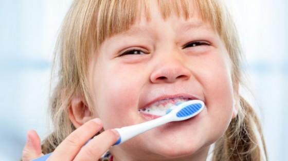 Ilbisfenolo A o BPA può danneggiare lo smalto dei denti (© Africa Studio | Shutterstock.com)