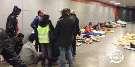 I migranti assistiti dai volontari di Ospiti in Arrivo (© Diario di Udine)