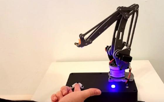 Il robot che punge l'uomo