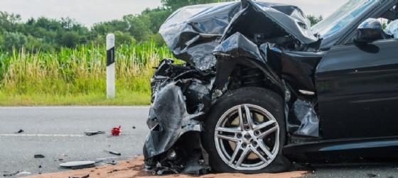 Un'auto incidentata (© AdobeStock | benjaminnolte)