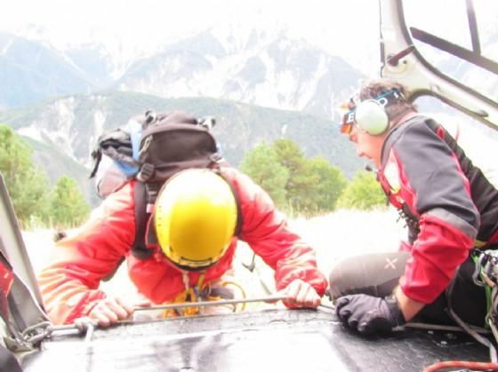 Soccorritori del Cnsas scendono dall'elicottero (© Diario di Udine)