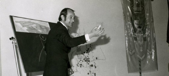 L'architetto Luciano di sopra mentre illustra un progetto, immagine tratta da www.albumditavagnacco.it