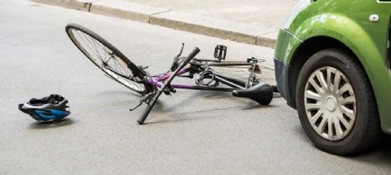 Incidente: auto contro bici, muore una donna (© AdobeStock | Andrey Popov)