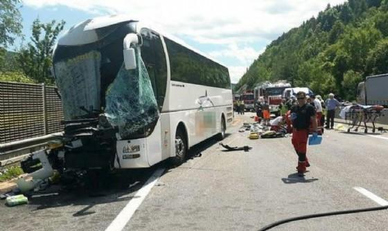 Il bus con i friulani a bordo dopo il terribile schianto (© Kleine Zeitung)