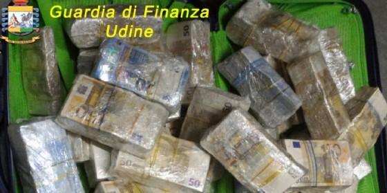Il denaro sequestrato al cittadino cinese (© Gdf Fvg)
