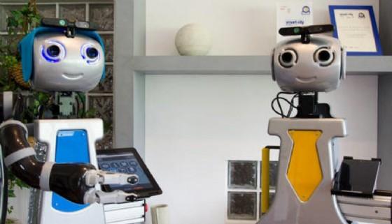 I robot badante e portinaio (© Credits photo courtesy of Sant'Anna)