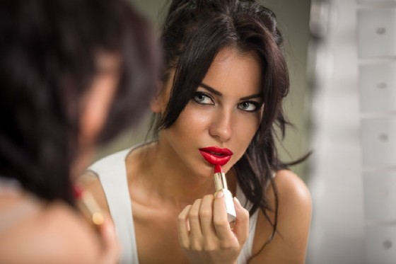 Make-up, la donne con il trucco indosso è percepita diversamente da uomini e donne (© Igor Mojzes | Adobe Stock.com)