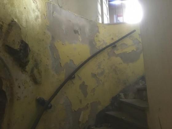 Le scale che conducono al dormitorio di fortuna (© Diario di Biella)