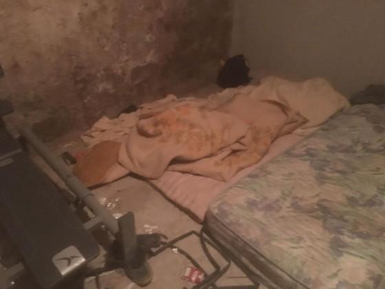 Alcuni dei materassi dove stranieri e barboni trovano riparo