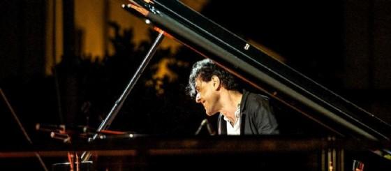 Ezio Bosso durante un concerto con il suo pianoforte