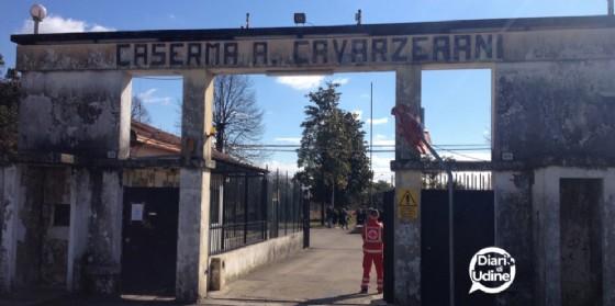 Un gruppo di migranti trasferiti dalla Cavarzerani (© Diario di Udine)