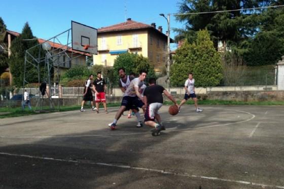 Il campetto di Cossila, abituale mete di partite di basket tra appassionati