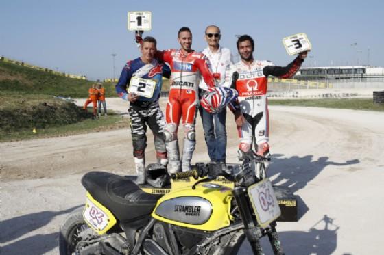 Il podio della gara di flat track vinta da Dovizioso