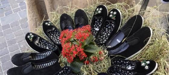 Gli scarpets , e tradizionali pantofole di stoffa, tipiche della Carnia