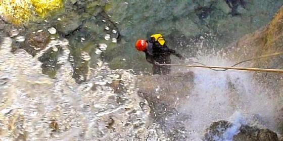 Un appassionato impegnato nell'attività del canyoning (© canyoningalpigiulie.it)