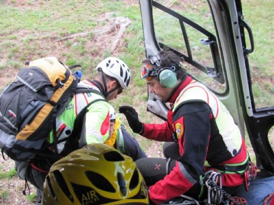 Volontari del Cnsas scendono dall'elicottero (© Diario di Udine)