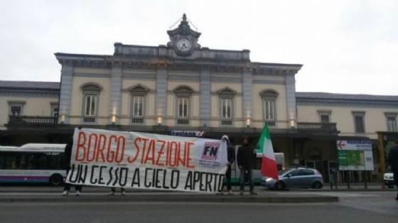 Una manifestazione di Fn davanti alla stazione (© Fn)