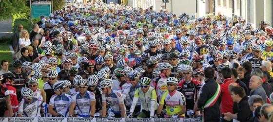 La partenza in linea di una delle passate edizioni di Carnia Classic (© carniabike.it)