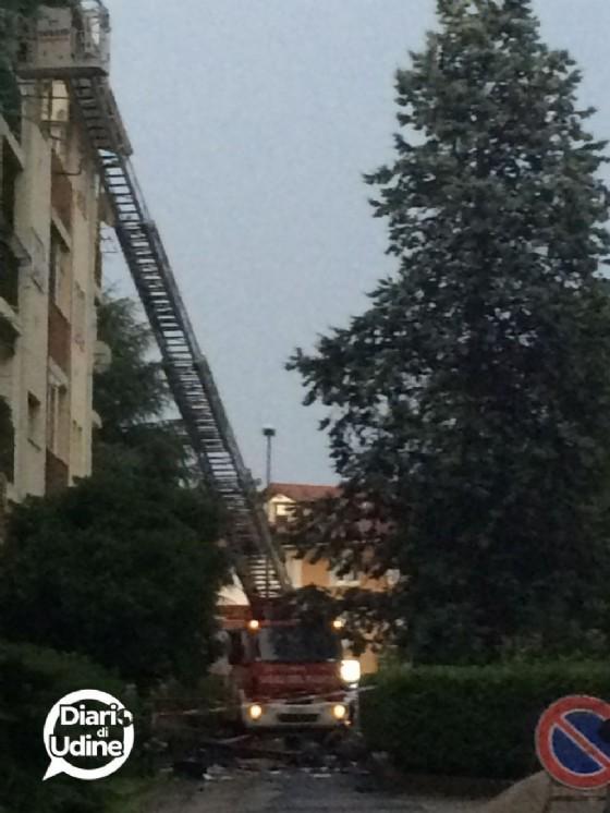 Vigili del Fuoco in azione in via Val Raccolana (© Diario di Udine)