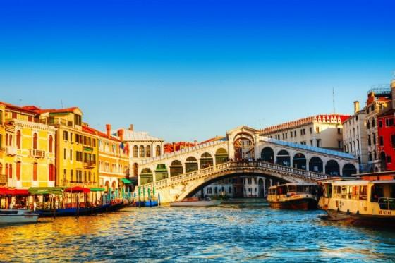Ponte di Rialto a Venezia (© Shutterstock.com)