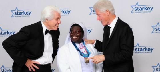 Suor Rosemary Nyriumbe e Bill Clinton