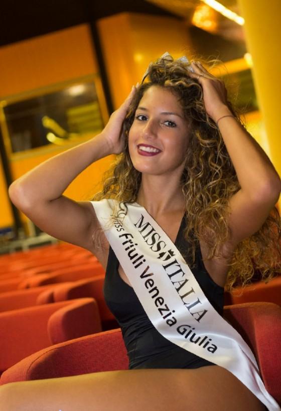 Maria Pappadà, la nuova Miss Friuli Venezia Giulia, sorridente con la sua fascia