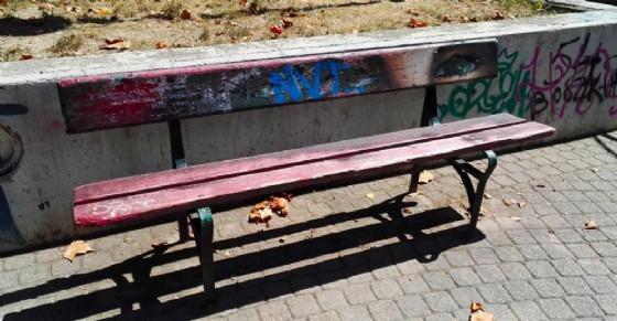 La panchina è completamente degradata a otto mesi di distanza