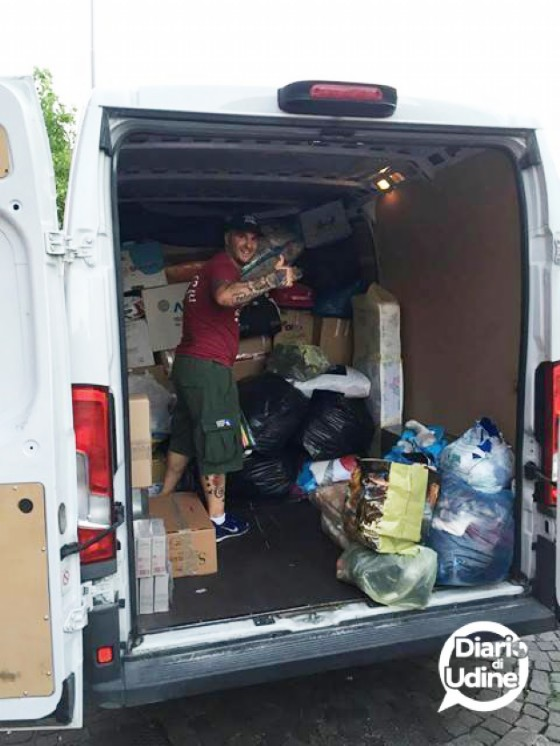Il furgone con i beni raccolti dal gruppo