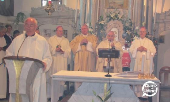 Il parroco di Camporosso nella chiesa del Lussari (è il primo a sinistra) (© Diario di udine)