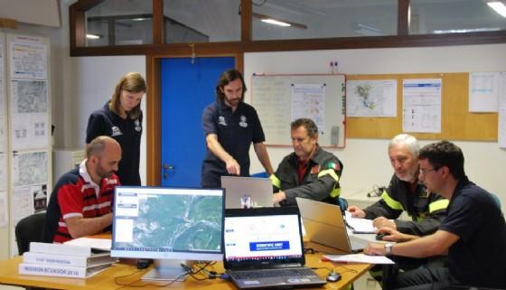 I ricercatori dell'Università insieme ai Vigili del Fuoco (© UniUd)