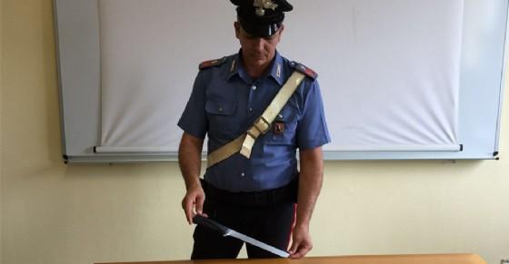 Il coltello sequestrato dai carabinieri al padre