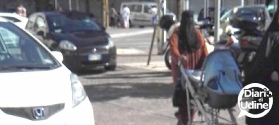 A passeggio per Udine con il niqab (© Diario di Udine)