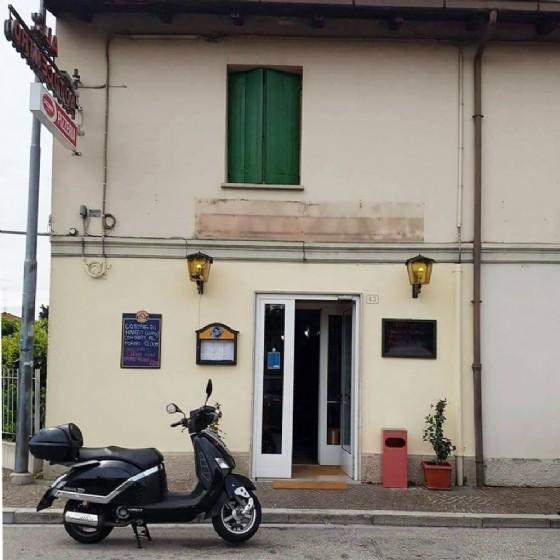 Il locale preso di mira dalla famiglia Rom (© Diario di Udine)
