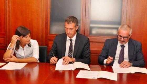 Serracchiani e Balloch alla firma dell'accordo (© Regione Friuli Venezia Giulia)