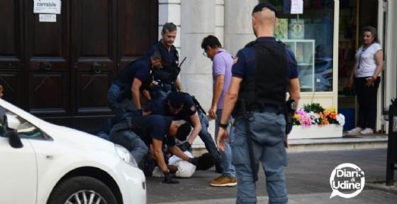 Le immagini dell'arresto in via Roma (© Diario di Udine)