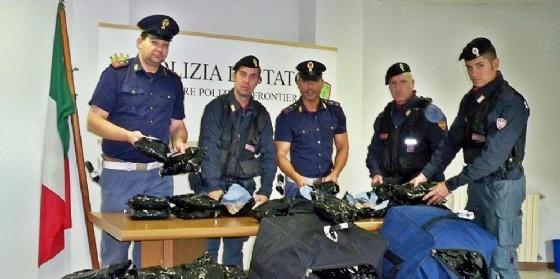 La polizia di Tarvisio mostra la droga recuperata (© Diario di Udine)