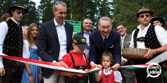 Il taglio del nastro del nuovo sentiero nel bosco (© Diario di Udine)