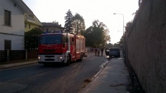 L'auto che ha preso fuoco nei pressi di viale Palmanova (© Dovatu)