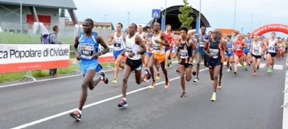 Gli atleti presenti alla partenza della Maratonina di Udine (© Maratonina Udinese)
